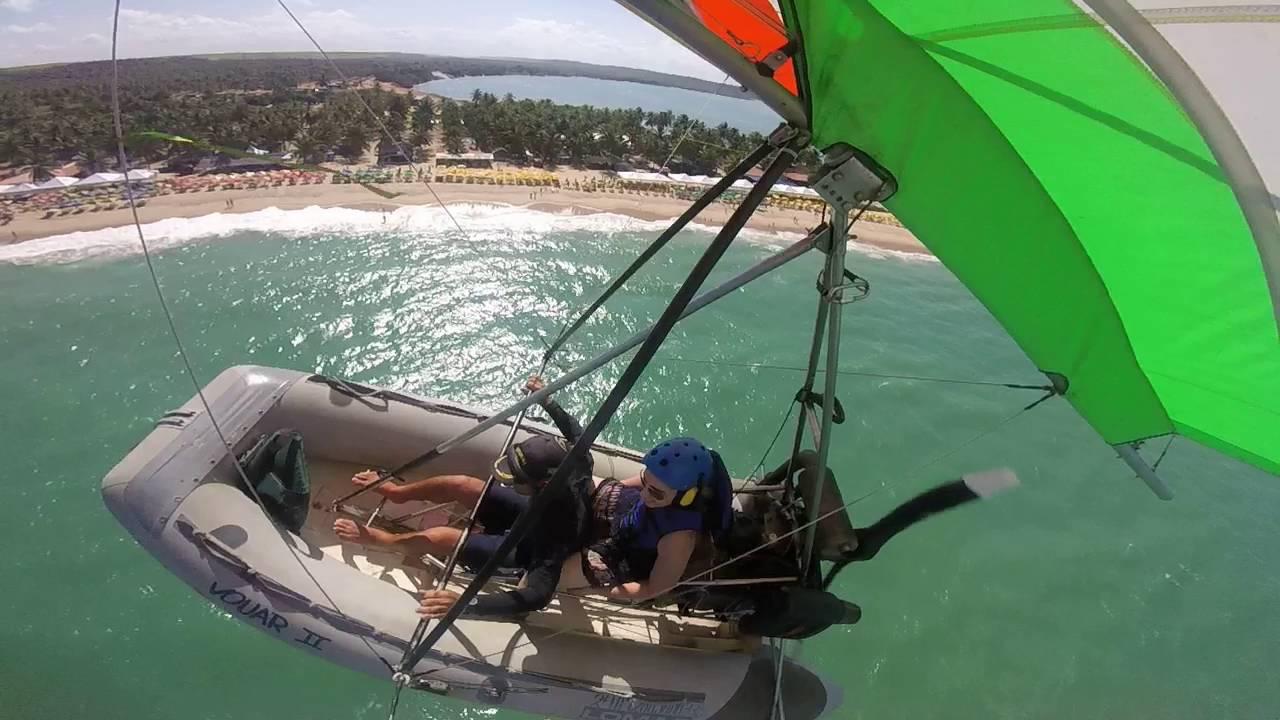 Flyboat sobrevoando a praia do gunga