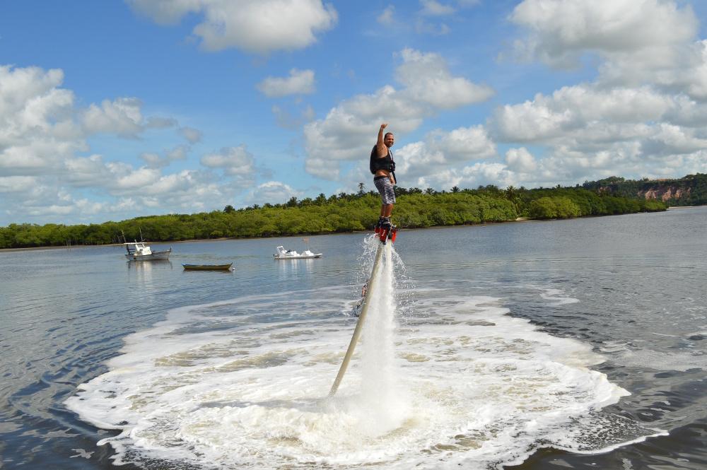 Homem no Flyboard na Praia do Gunga