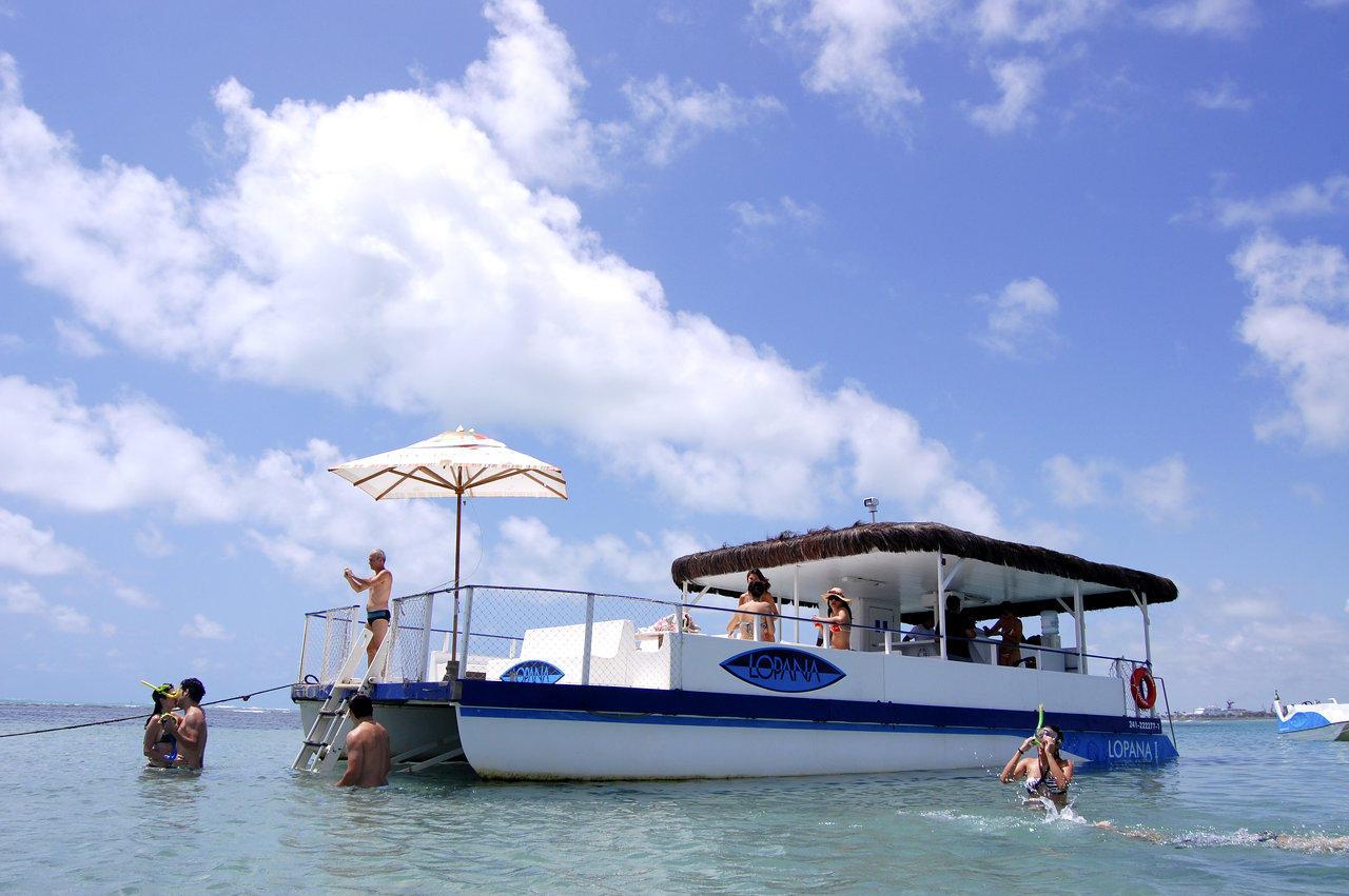 Passeio de catamarã do Lopana