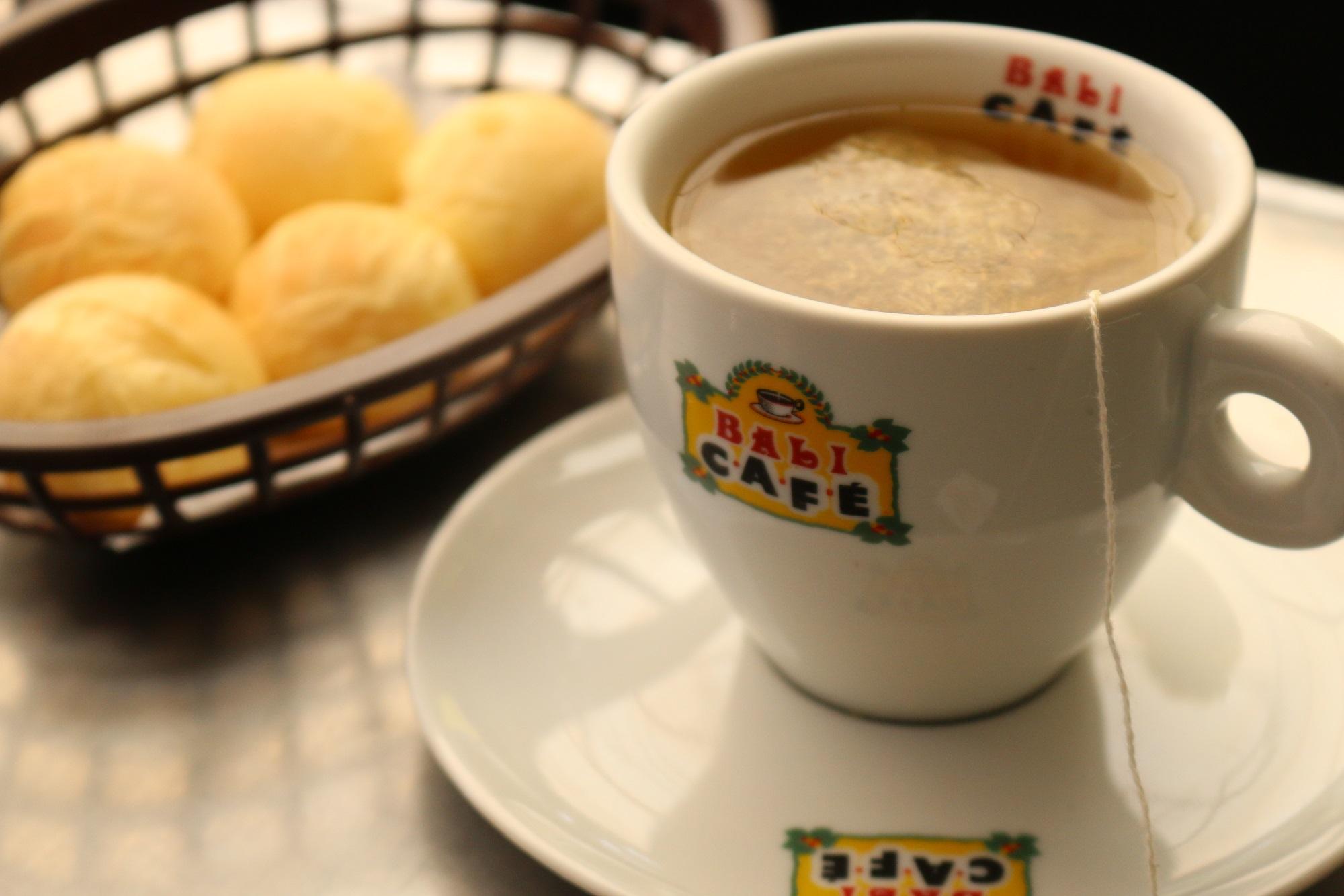 Café com pão de queijo de cafeteria em Maceió, Alagoas