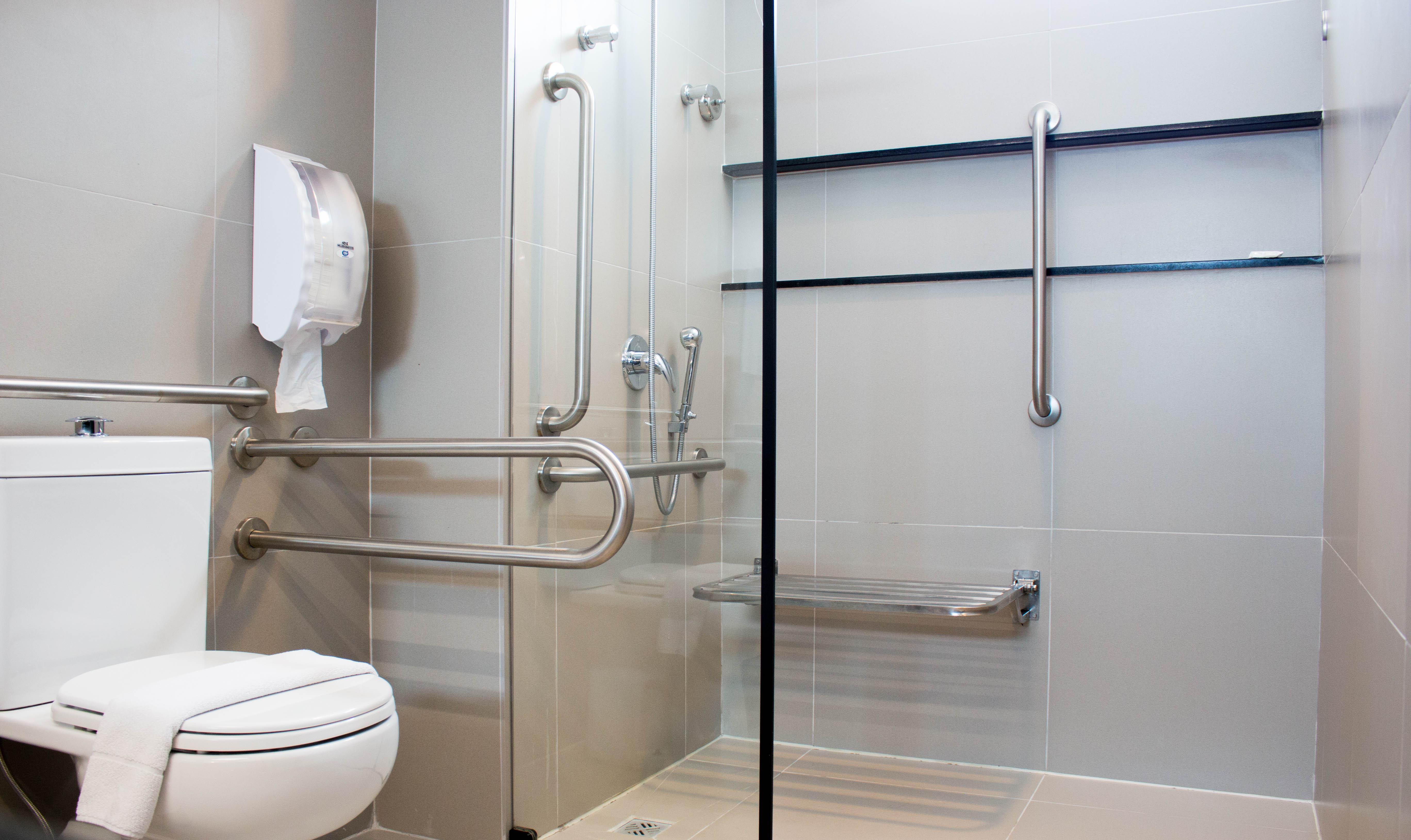 Banheiro de hotel com acessibilidade em Maceió, Alagoas