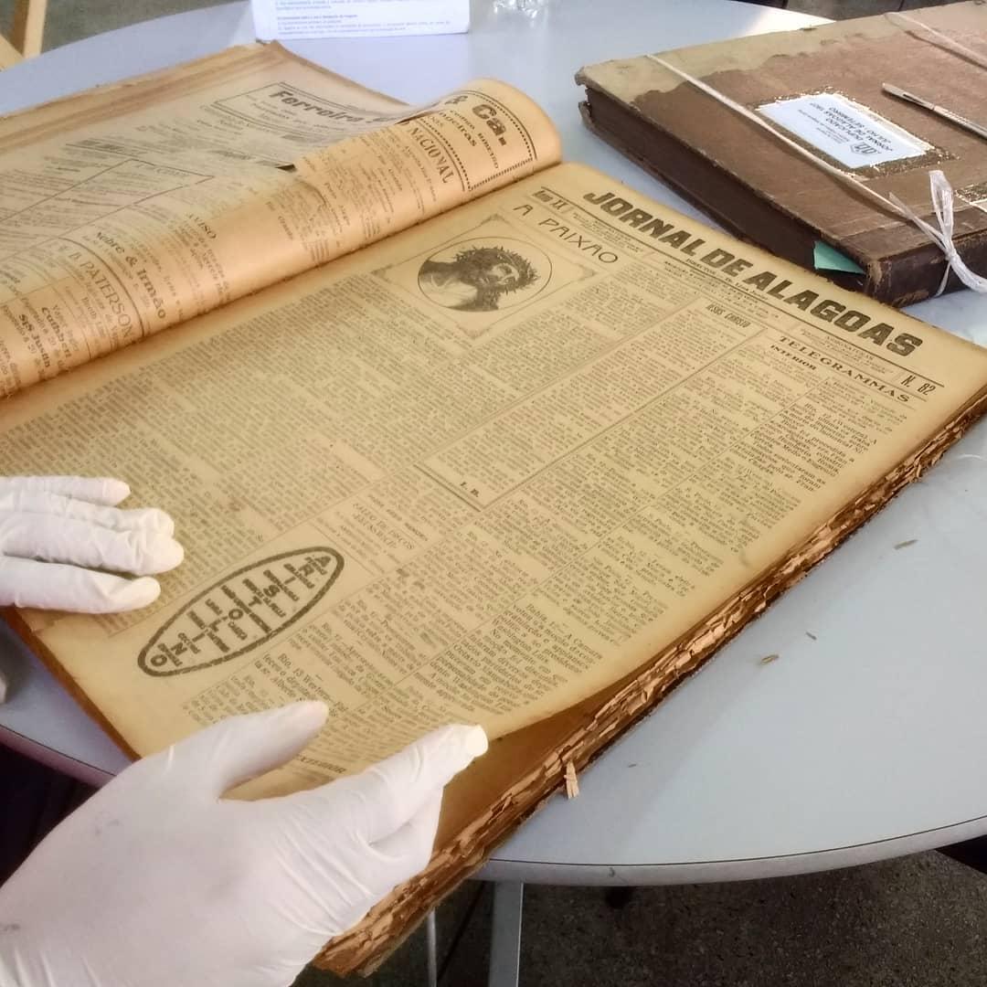 Examinando documentos no Arquivo Público de Alagoas, no bairro de Jaraguá em Maceió