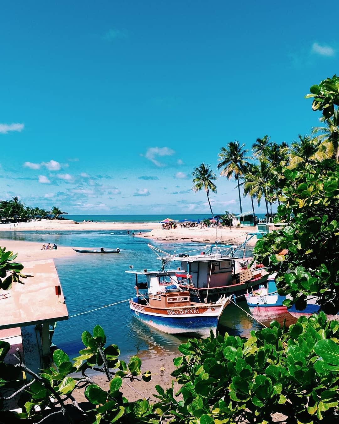 Barcos e piscina natural de Dunas de Marapé, em Alagoas