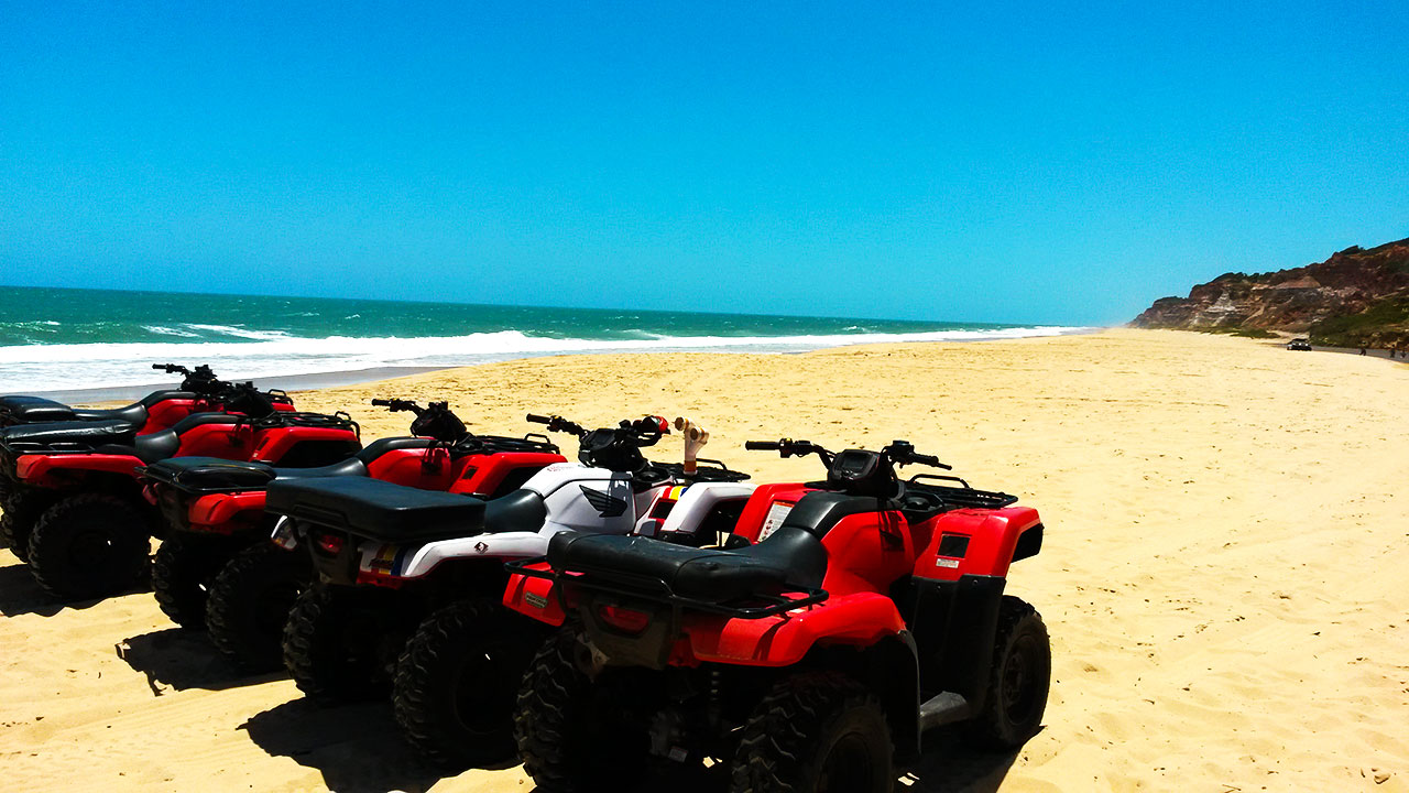 Passeio de quadriciclo em Dunas de Marapé, em Alagoas