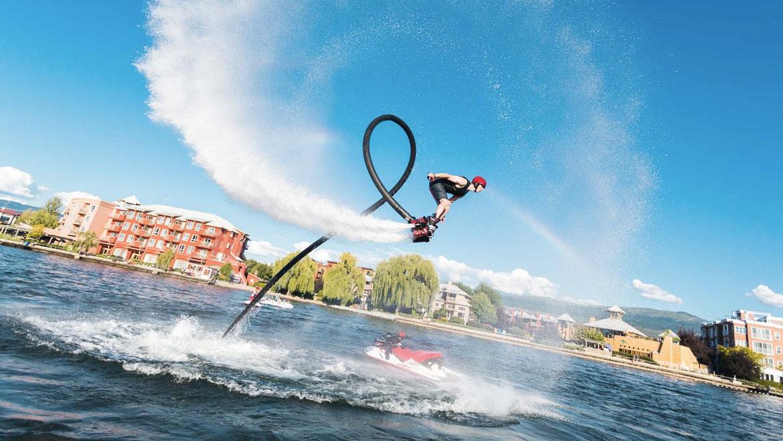 Homem praticando flyboard