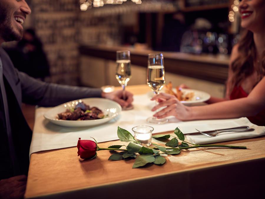 Jantar romântico surpreendente - casal em jantar