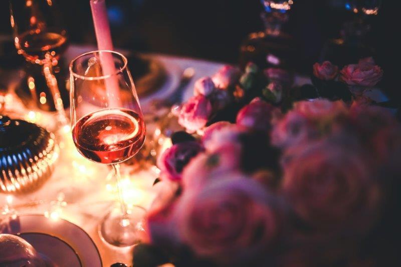 Como fazer um jantar romântico surpreendente - mesa de jantar com luzes e taça