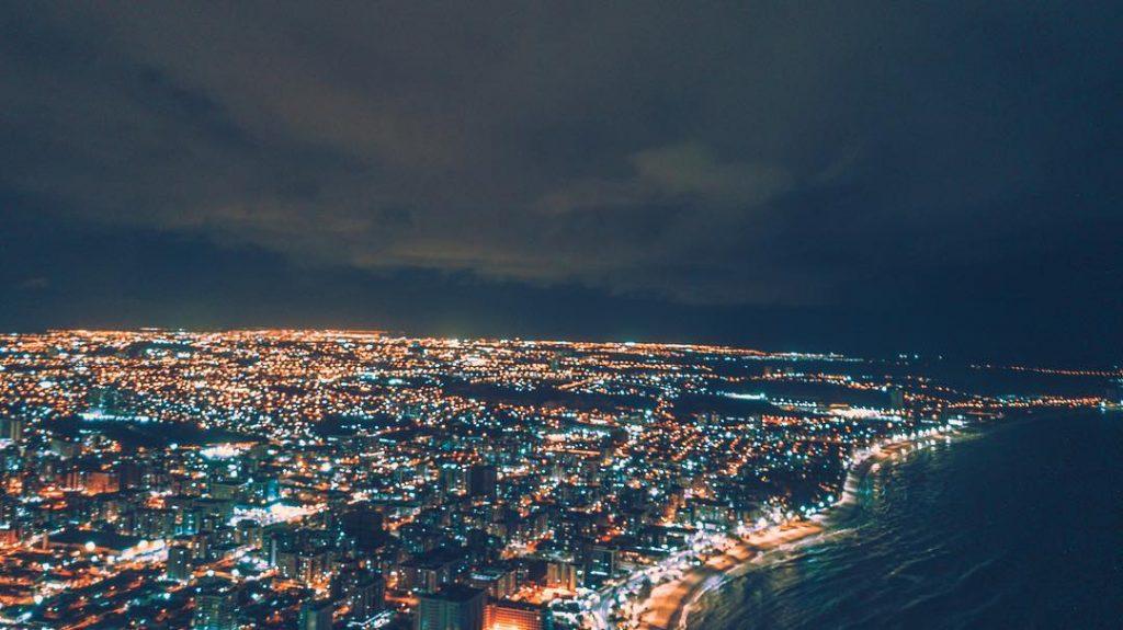 Destinos românticos em Maceió - Imagem aérea de Maceió à noite
