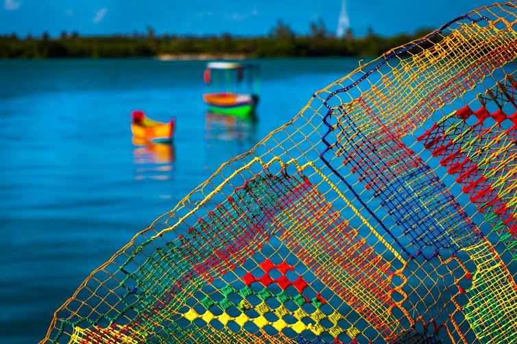 Bordado filé com a lagoa Manguaba por trás
