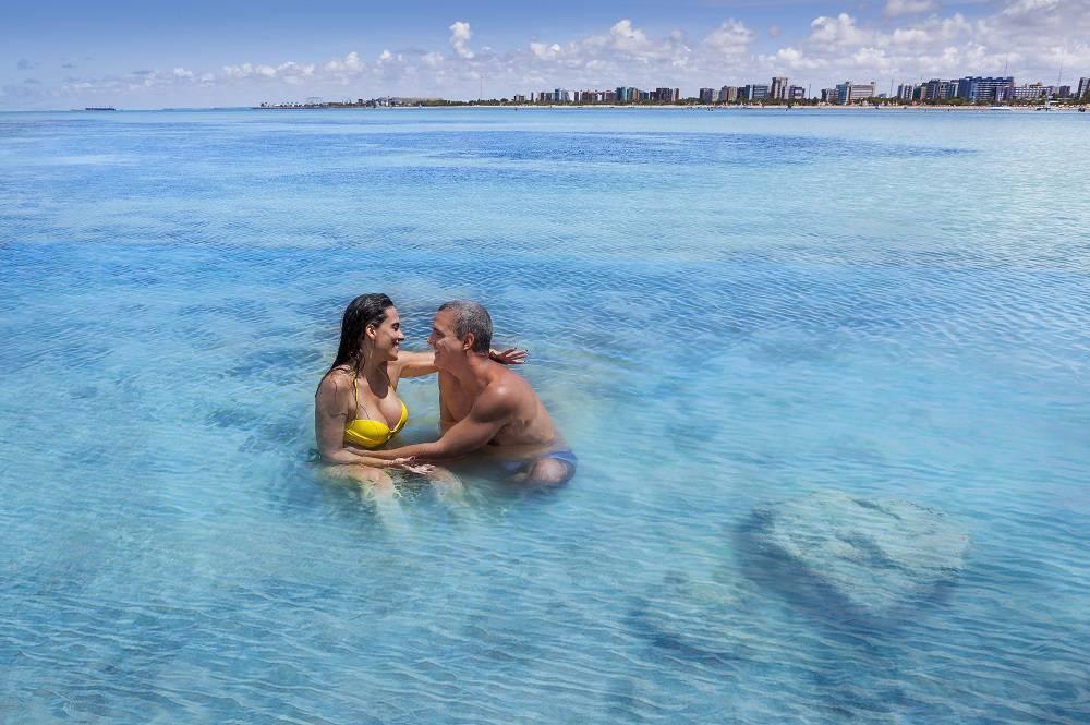 lua de mel em maceió - casal nas piscinas naturais de pajuçara